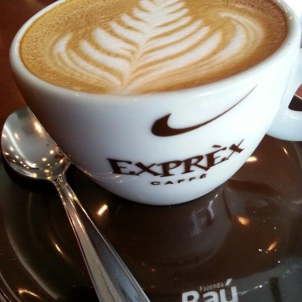 รูปภาพถ่ายที่ Exprèx Caffè โดย Roberto T. เมื่อ 4/1/2013