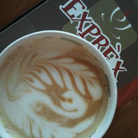 รูปภาพถ่ายที่ Exprèx Caffè โดย Roberto T. เมื่อ 9/25/2012