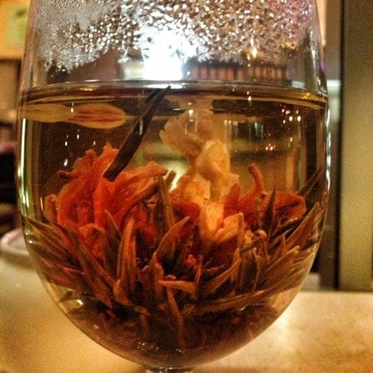 รูปภาพถ่ายที่ Tea Zone & Camellia Lounge โดย Luis R. เมื่อ 11/8/2012