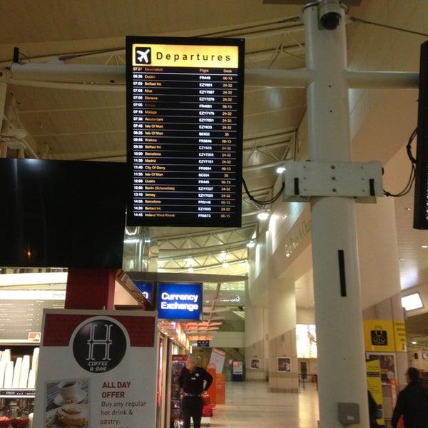 รูปภาพถ่ายที่ Liverpool John Lennon Airport (LPL) โดย Andrew R. เมื่อ 1/21/2013
