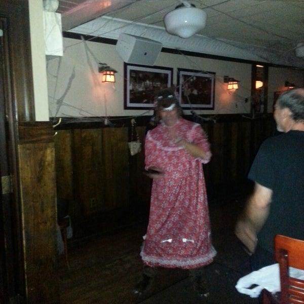 Das Foto wurde bei Luke's Bar & Grill von Eric F. am 11/1/2013 aufgenommen