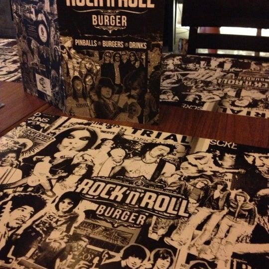 12/16/2012 tarihinde Aline F.ziyaretçi tarafından Rock 'n' Roll Burger'de çekilen fotoğraf