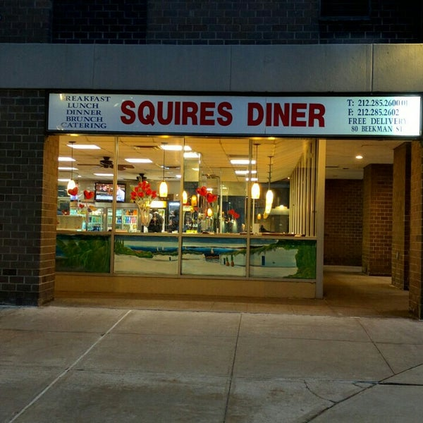 Das Foto wurde bei Squire's Diner von Andrew F. am 2/3/2016 aufgenommen