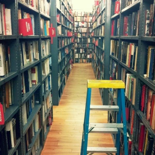 Das Foto wurde bei Strand Bookstore von minjung k. am 3/6/2013 aufgenommen
