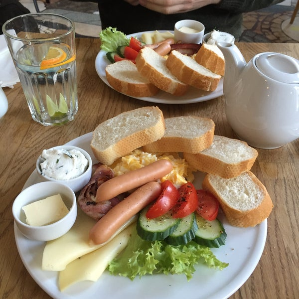 Nice and spacious place! Food very tasty, the breakfast platter is delicious! There's no english menu but the staff speak english. Mango tea is very nice and coffee is great here!