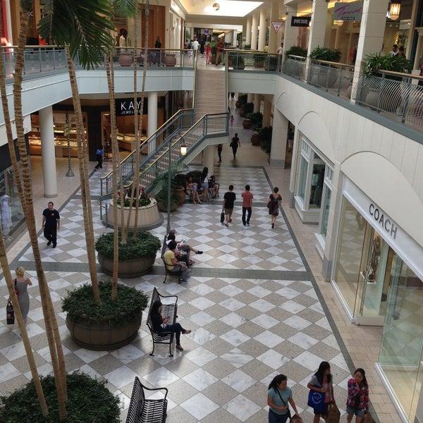 Foto tomada en Hillsdale Shopping Center por Jennifer B. el 6/9/2013