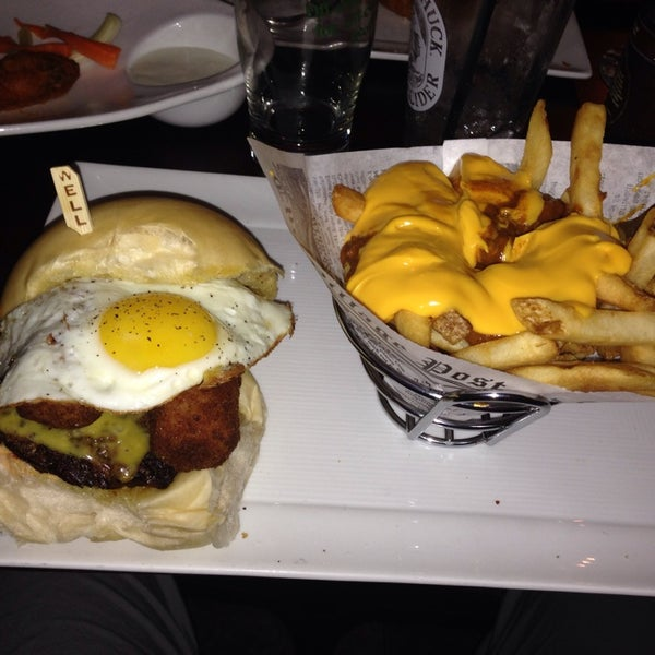 Foto scattata a A&G Burger Joint da david t. il 5/10/2014