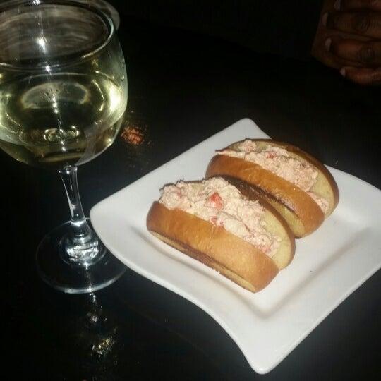 Foto diambil di Ottomanelli's Wine & Burger Bar oleh Tara R. pada 2/21/2015