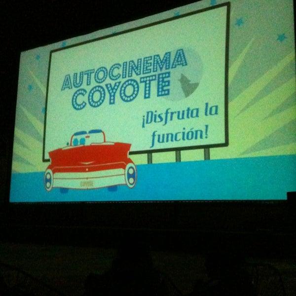 รูปภาพถ่ายที่ Autocinema Coyote โดย Karen I. เมื่อ 2/3/2013