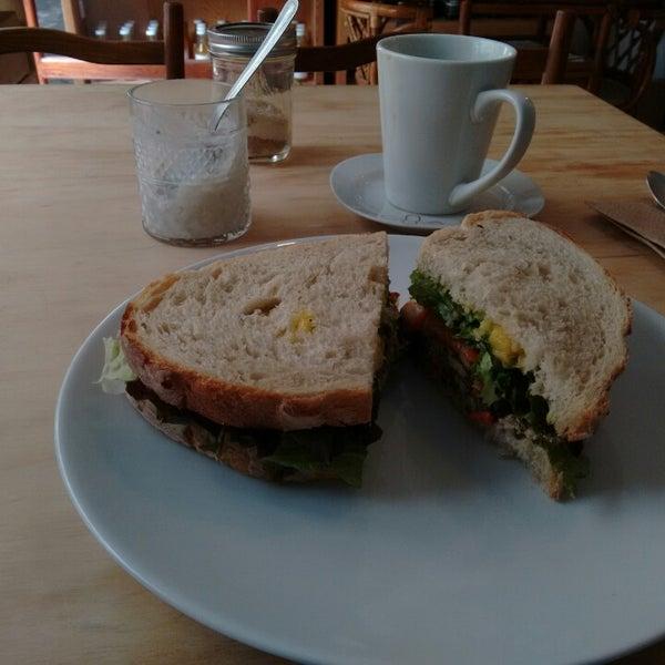 Sandwich bahn mi (no es en bagette como hacen los vietnamitas, pero es igualmente delicioso)