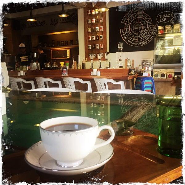 Foto scattata a Seniman Coffee Studio da sinsco s. il 8/12/2015