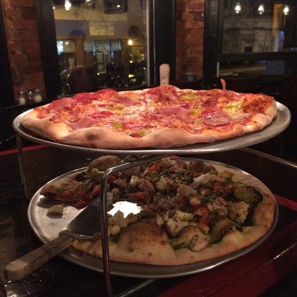 Foto tomada en Radius Pizza por Chris G. el 1/5/2015