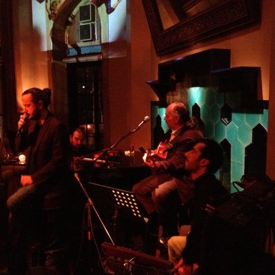 รูปภาพถ่ายที่ Zihni Bar โดย Murat E. เมื่อ 11/9/2012