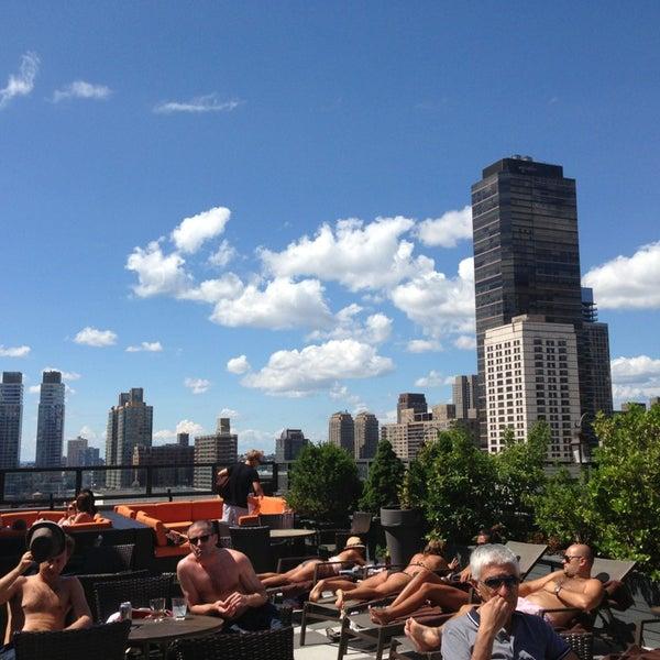 Foto tirada no(a) The Empire Hotel Rooftop por Andrea J. em 8/4/2013