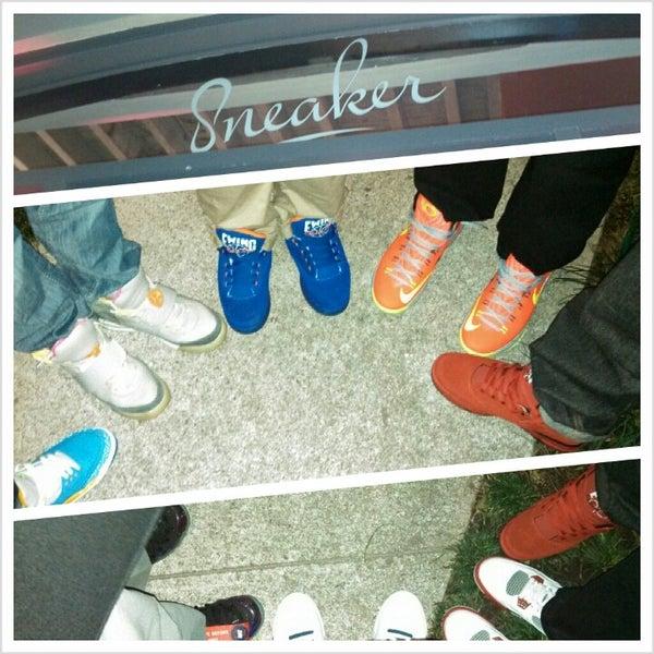Das Foto wurde bei Sneaker von Brendan M. am 3/10/2013 aufgenommen