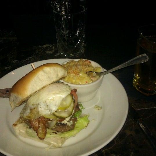 รูปภาพถ่ายที่ Brownstone Kitchen & Bar โดย Alex W. เมื่อ 12/1/2012