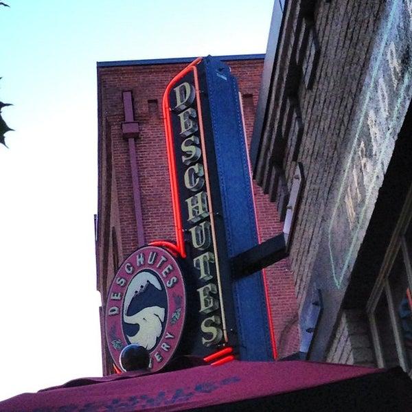 Foto tomada en Deschutes Brewery Portland Public House por John C. el 7/12/2013