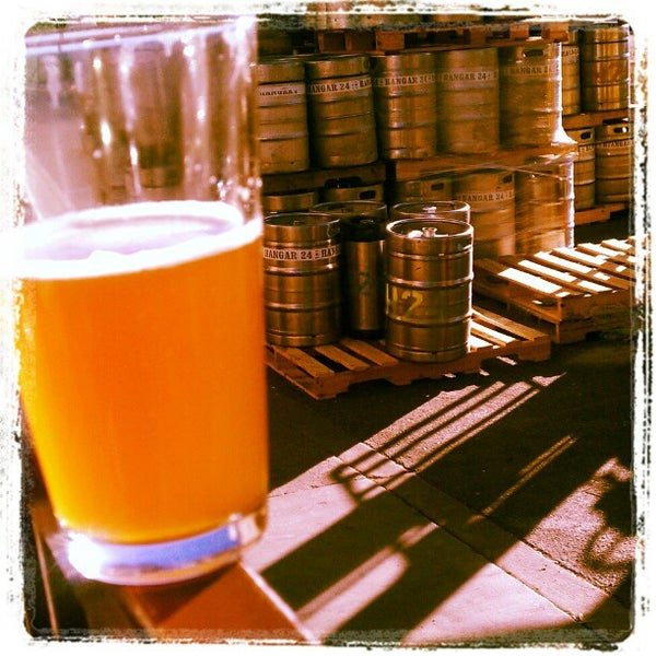 Foto tirada no(a) Hangar 24 Craft Brewery por Arnel B. em 10/26/2012