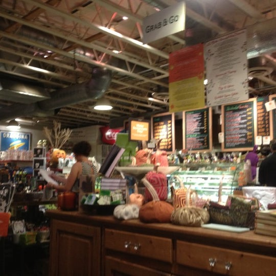 Photo prise au La Grande Orange Grocery & Pizzeria par Lindsay B. le11/1/2012