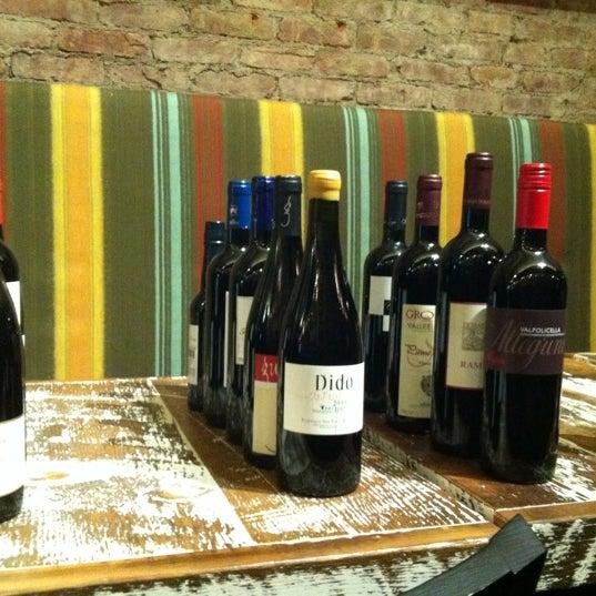 Foto tomada en Maslow 6 Wine Bar and Shop por Davis A. el 11/18/2012
