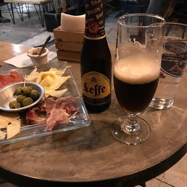 Excelente lugar para cenar con buena música de fondo, la tabla de quesos y las salchichas son también buena idea para compartir y probar las cervezas locales e importadas con precio razonable