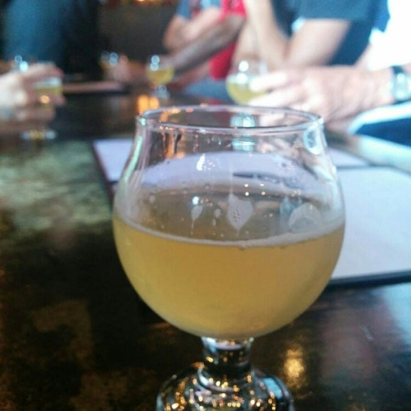 Foto scattata a Night Shift Brewing, Inc. da Nicole B. il 7/28/2015