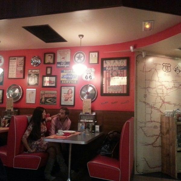 Foto scattata a Bernie's Diner da Mario Soyasuco G. il 5/10/2013