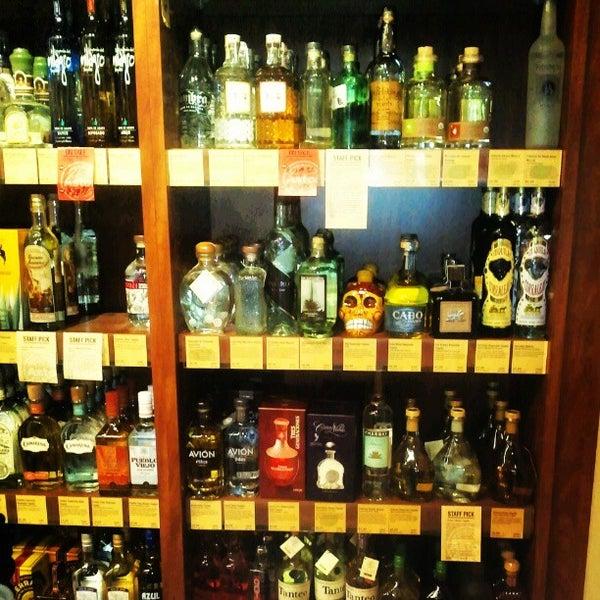 Foto tirada no(a) Astor Wines & Spirits por Modesta M. em 11/14/2012