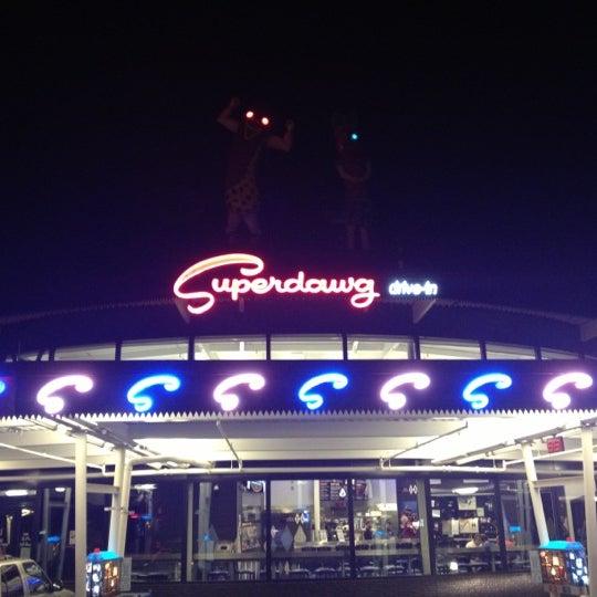 Снимок сделан в Superdawg Drive-In пользователем Caesar G. 10/1/2012