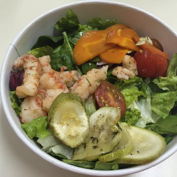 La comida es muy rica y saludable. Es un poco caro. La ensalada con camarones riquísima.