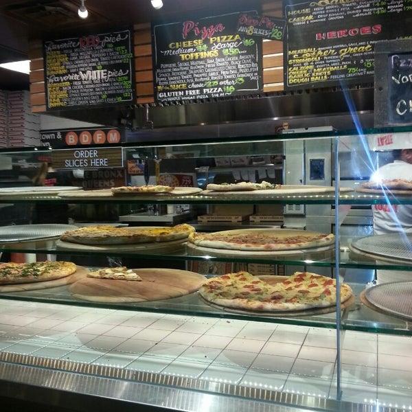 Foto diambil di Pizza on Pearl oleh SD Pebbz pada 1/18/2014