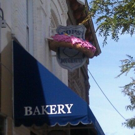 รูปภาพถ่ายที่ Cops & Doughnuts Bakery โดย Keira C. เมื่อ 9/24/2012