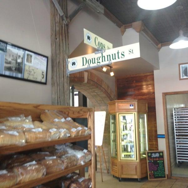 รูปภาพถ่ายที่ Cops & Doughnuts Bakery โดย Kylie B. เมื่อ 7/13/2013