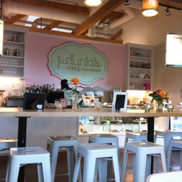 Foto tirada no(a) Petunia's Pies & Pastries por Val em 6/17/2013