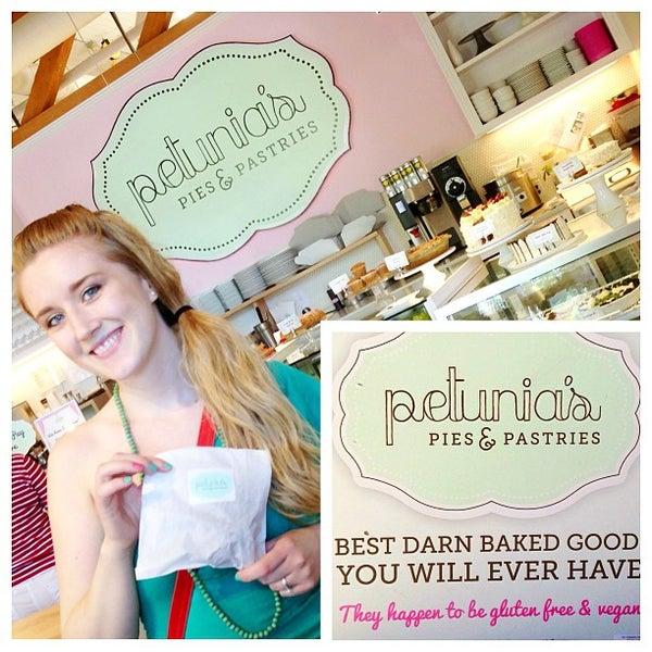 Foto tomada en Petunia's Pies & Pastries por Edwin T. el 6/4/2013