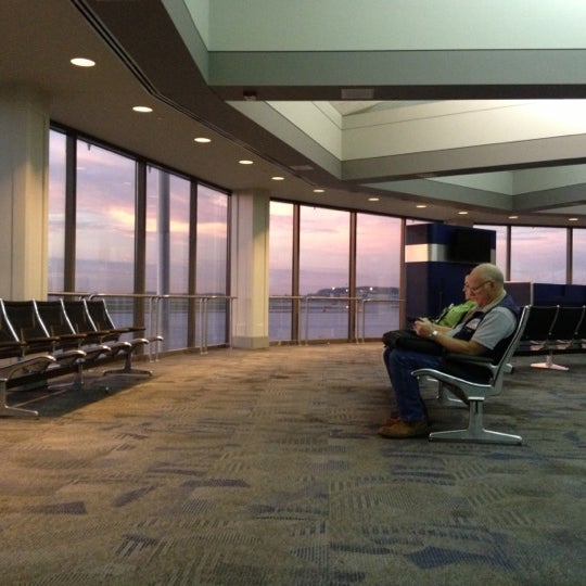 Foto tirada no(a) General Mitchell International Airport (MKE) por Jason T. em 10/2/2012
