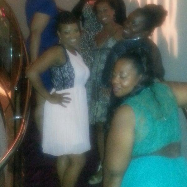 Photo prise au Dee Lincoln's Bubble Bar & Private Events par Chedel T. le9/8/2013