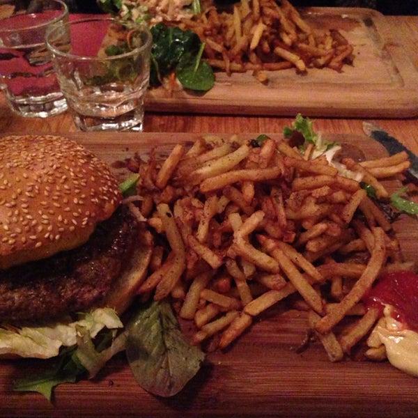 Ambiance animée. Très bon burger et ses frites maisons ! Desserts excellents ! Un peu bruyant ..