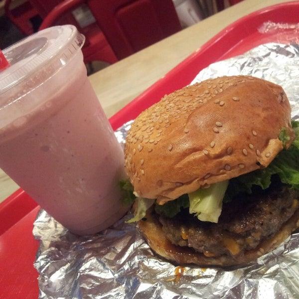 Foto tomada en F. Ottomanelli Burgers and Belgian Fries por Kelli M. el 8/30/2013