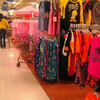 Das Foto wurde bei Walmart von Davies M. am 10/8/2011 aufgenommen