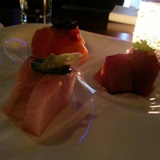 Photo prise au HaChi Restaurant & Lounge par Jason W. le12/1/2012
