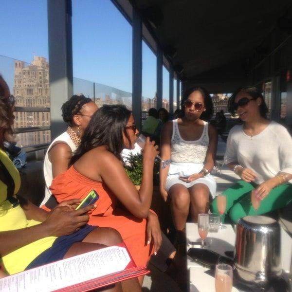 Foto scattata a Plunge Rooftop Bar & Lounge da Tara R. il 5/27/2013