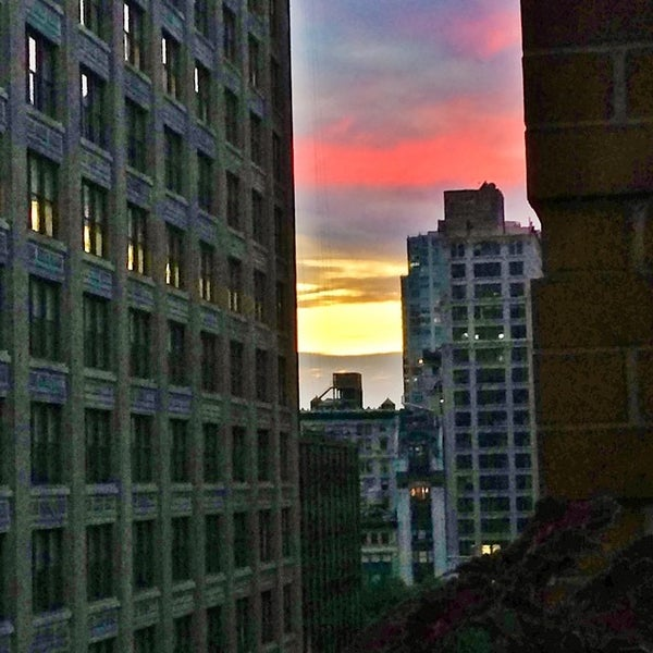 Foto scattata a Hotel Giraffe da Dan B. il 7/7/2014