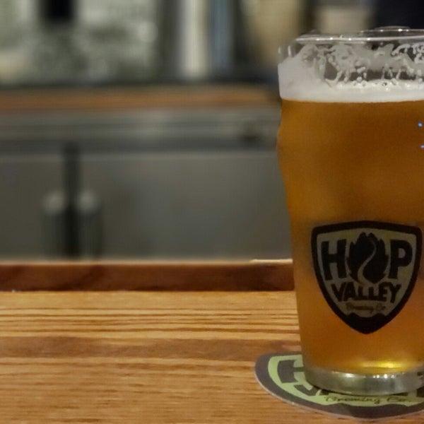 รูปภาพถ่ายที่ Hop Valley Brewing Co. โดย ᴡ R. เมื่อ 7/21/2018