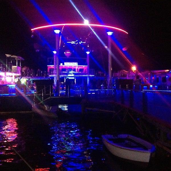 6/28/2013 tarihinde Alperen U.ziyaretçi tarafından Club Catamaran'de çekilen fotoğraf