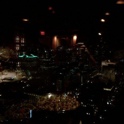 Foto tomada en Portland City Grill por Sarah F. el 10/27/2012