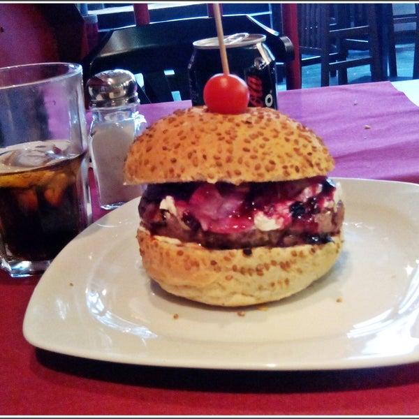 Sin duda hacen las mejores hamburguesas de Barcelona! muchísima variedad y un menú de mediodía genial, por 10 euros tienes un primer plato de ensalada etc, una señora hamburguesa y postre. Genial!!!!