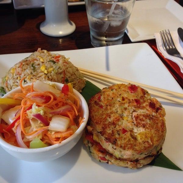 Foto tirada no(a) Obba Sushi & More por Stacey K. em 5/28/2014
