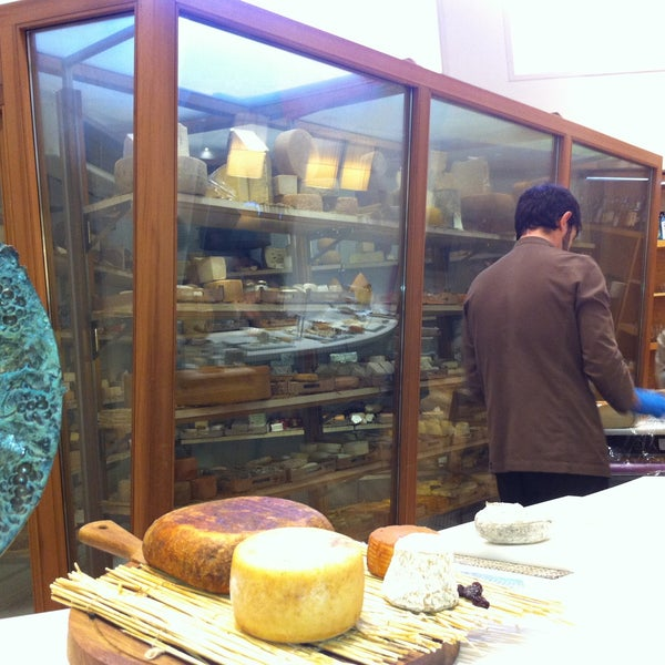 Foto scattata a Poncelet Cheese Bar da Arnoud A. il 4/13/2013