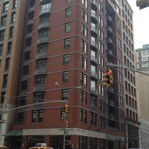 Foto scattata a Hotel Giraffe da Marla C. il 1/13/2013